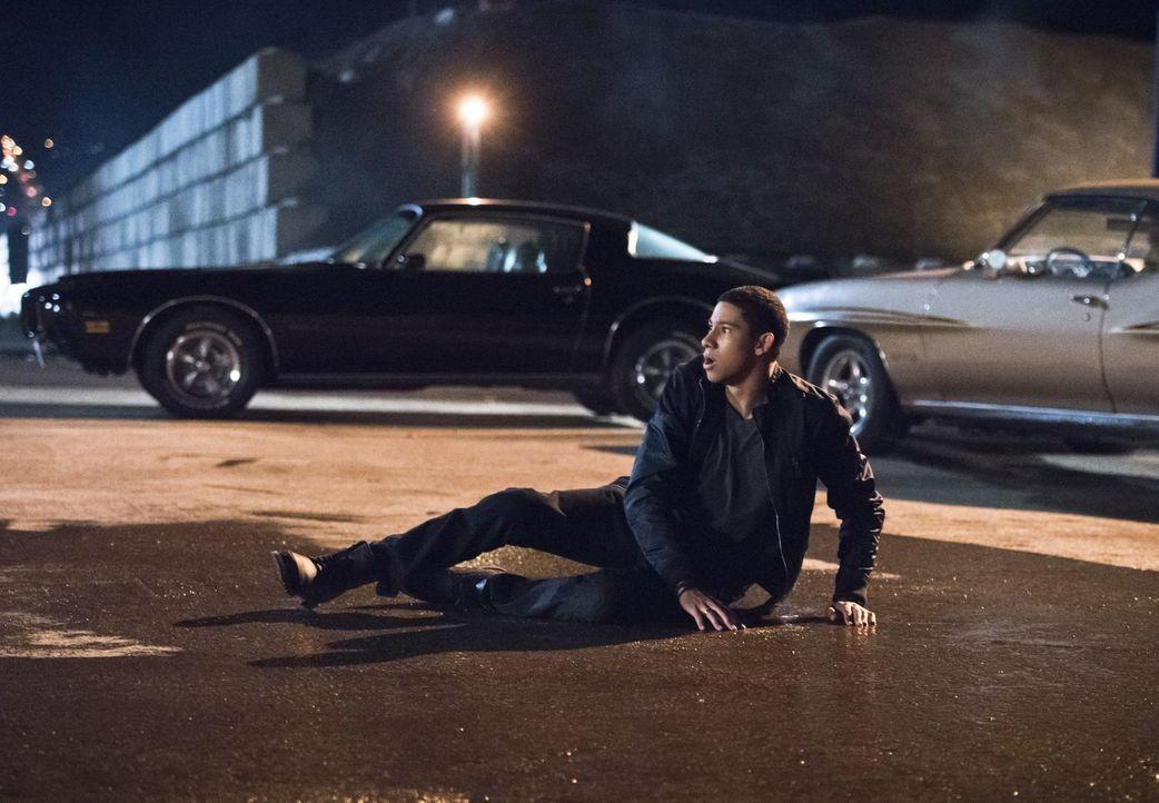 Gerät Wally (Keiynan Lonsdale) in große Gefahr, weil Iris den Veranstalter der illegalen Autorennen erpresst? - Bildquelle: 2015 Warner Brothers.