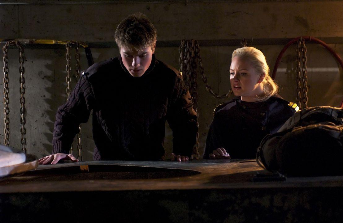 """Als Lee (Sebastian Gacki, l.) bemerkt, dass mit den """"Black Skulls"""" etwas nicht stimmt, ruft er Captain Arabella (April Telek, r.) zur Hilfe. - Bildquelle: Regent Entertainment"""