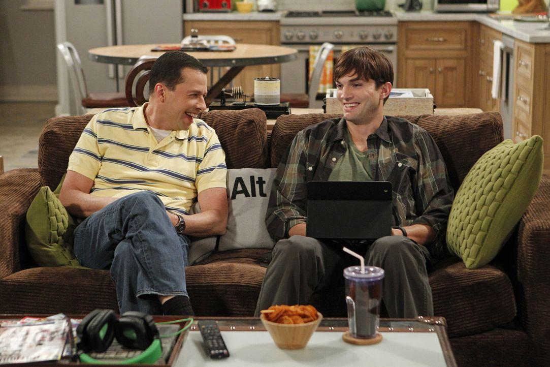 Walden (Ashton Kutcher, r.) ist einsam. Er hat keine Freunde, außer Alan (Jon Cryer, l.) und als er eines Abends beim Essen auf seine alte Liebe tri... - Bildquelle: Warner Brothers Entertainment Inc.