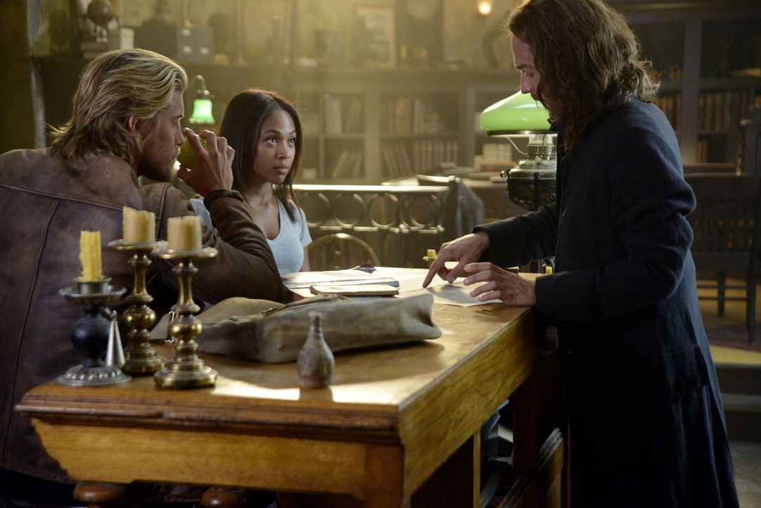 Während Hawley (Matt Barr, l.) und Abbie (Nicole Beharie, M.) an einem neuen seltsamen Fall arbeiten, schlägt sich Ichabod (Tom Mison, r.) mit einem... - Bildquelle: 2014 Fox and its related entities. All rights reserved