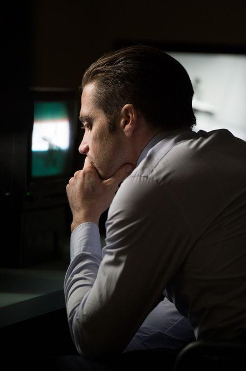 Steht vor einem schier unlösbaren Rätsel: Detective Loki (Jake Gyllenhaal) hat zwei verschwundene Kinder, aber weit und breit ist kein Verdächtiger... - Bildquelle: TOBIS FILM. ALL RIGHTS RESERVED