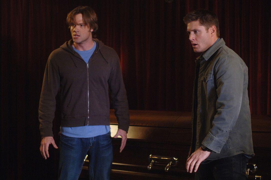 Die Geisterjäger Sam (Jared Padalecki, l.) und Dean (Jensen Ackles, r.) versuchen herauszufinden, warum die Bewohner einer Kleinstadt häufig Nahtod-... - Bildquelle: Warner Bros. Television