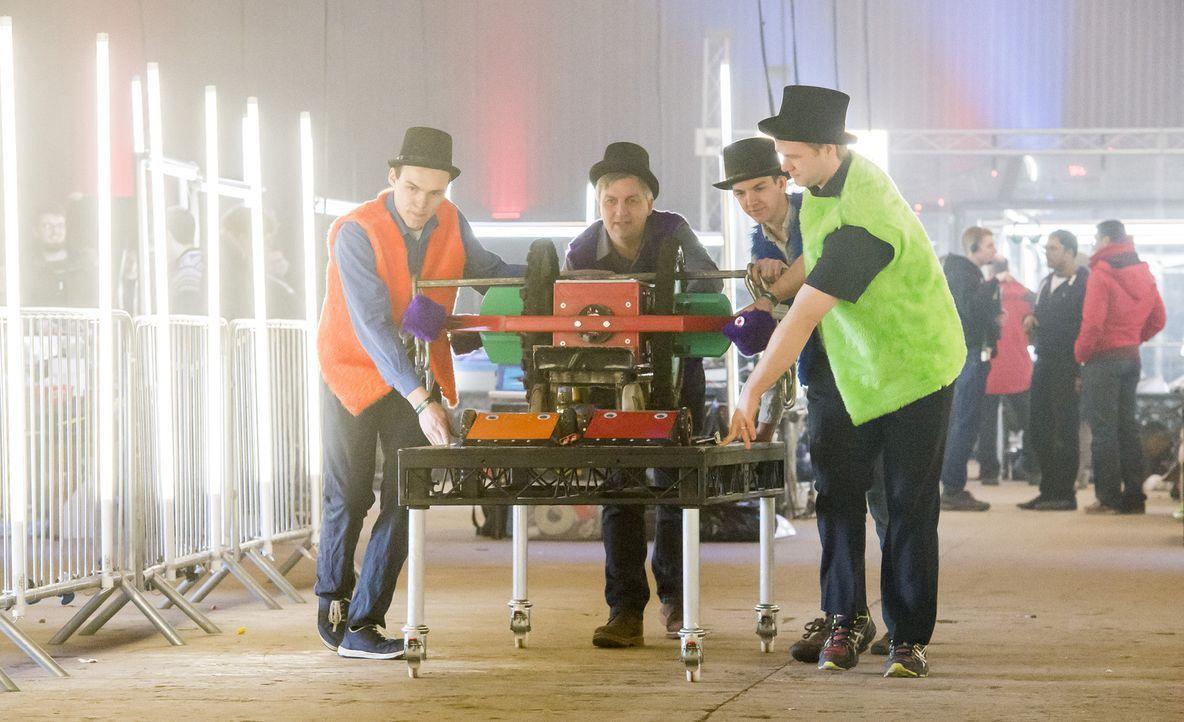 Wird es dem Team Nuts gelingen, mit ihrem selbst gebauten Roboter den Sieg davonzutragen? In der Arena muss dieser beweisen, wie gut er konstruiert... - Bildquelle: Alan Peebles