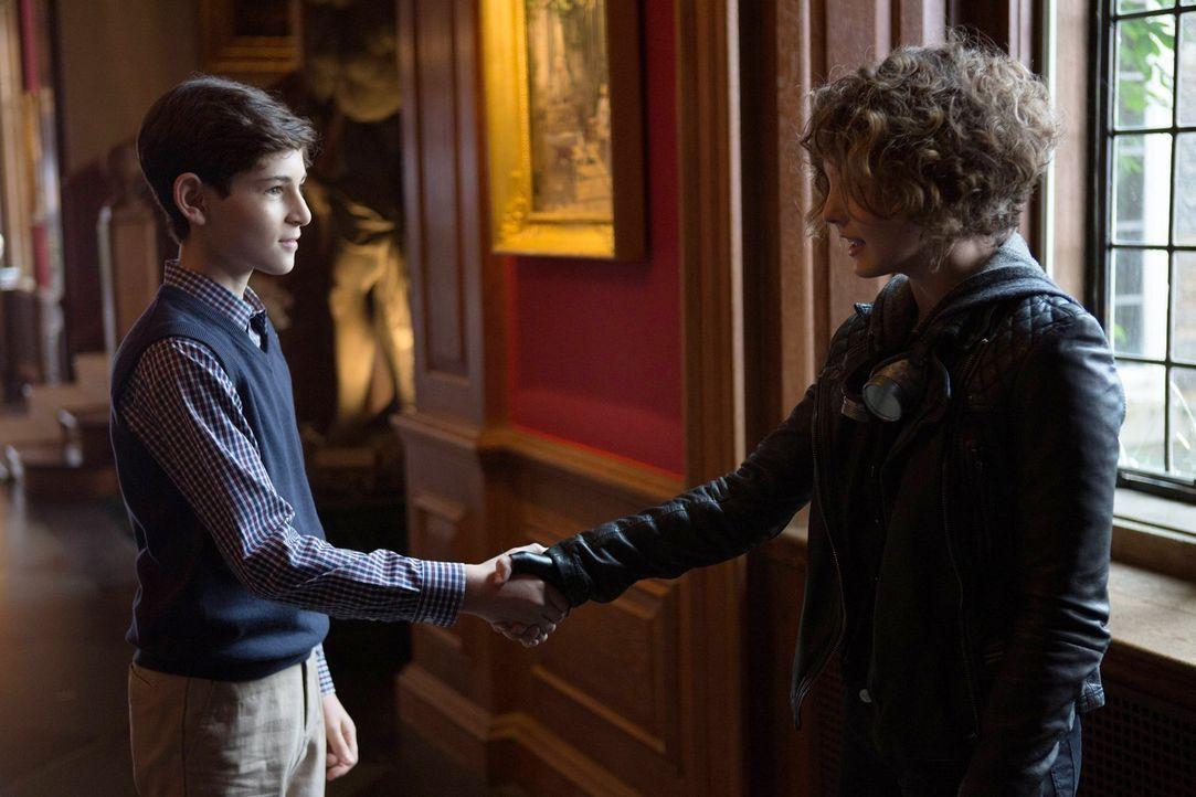 Während der junge Anwalt Harvey Dent versucht, Gordon auf seine Seite zu holen, wird Selina (Camren Bicondova, r.) als Kronzeugin des Mordes an Bruc... - Bildquelle: Warner Bros. Entertainment, Inc.