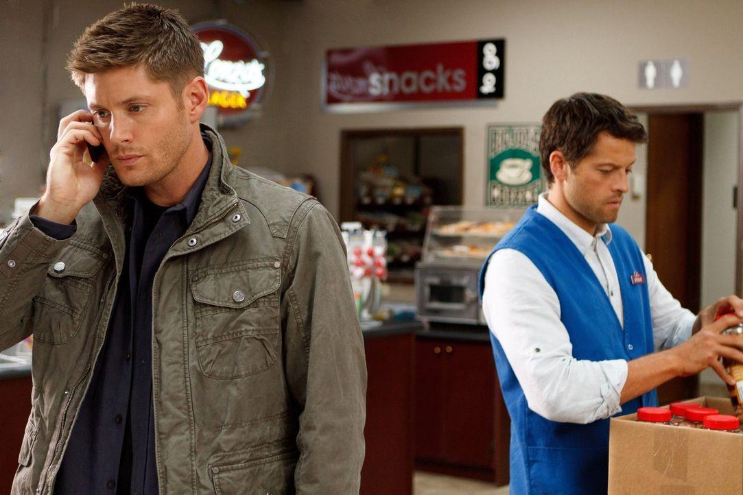 Dean (Jensen Ackles, l.) ist entsetzt, als er sieht, wie Castiel (Misha Collins, r.) lebt, doch dieser fühlt sich wohl in seinem normalen Leben ... - Bildquelle: 2013 Warner Brothers