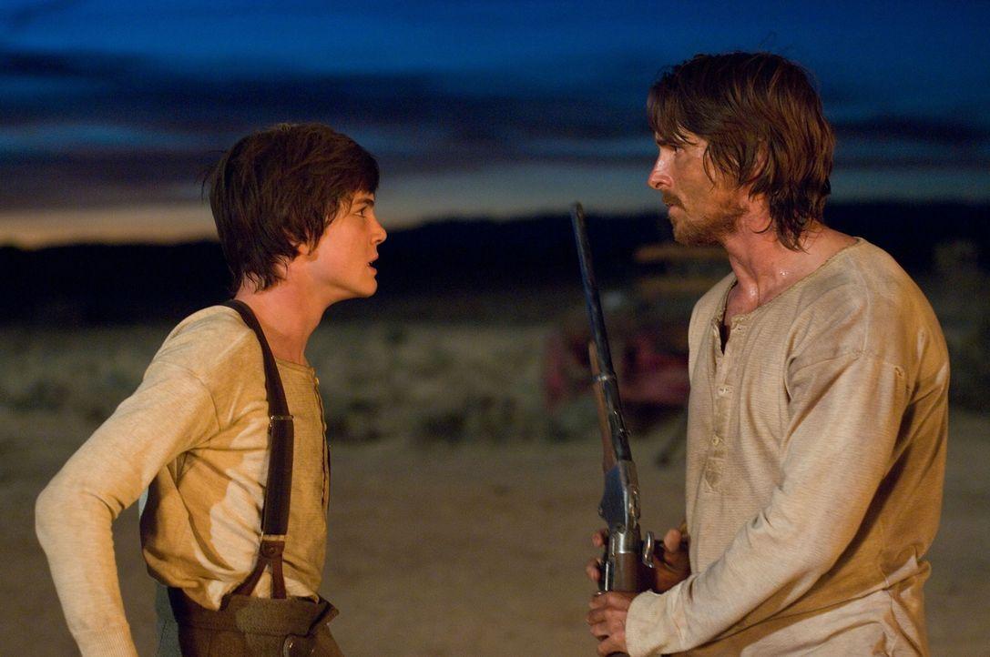 Fast zu spät erkennt William (Logan Lerman, l.), dass sein Vater (Christian Bale, r.) nicht nur ein Kämpferherz besitzt, sondern auch für seine Fami... - Bildquelle: 2007 Yuma, Inc. All Rights Reserved.