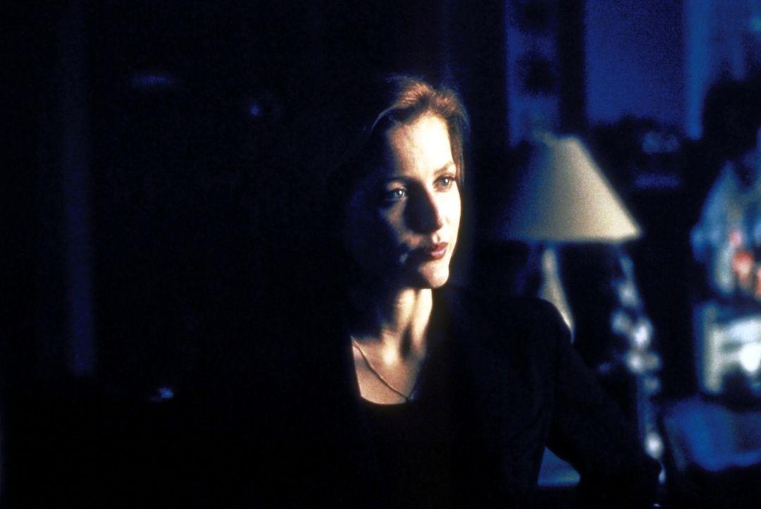Gegen die Überzeugung von Dana Scully (Gillian Anderson) beginnen die FBI-Agenten zu ermitteln - und kommen einer merkwürdigen Geschichte auf die Sp... - Bildquelle: TM +   2000 Twentieth Century Fox Film Corporation. All Rights Reserved.