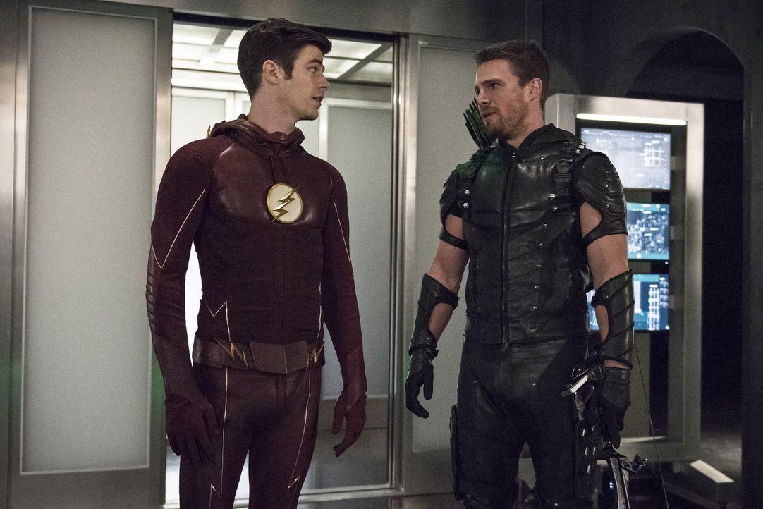 Barry alias The Flash (Grant Gustin, l.) braucht die Hilfe von Oliver alias Green Arrow (Stephen Amell, r.), um mit dem mysteriösen Vandal Savage fe... - Bildquelle: 2015 Warner Brothers.