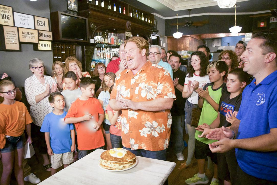"""Brian Epstein (r.) von """"Brian's 24"""" ist gespannt, wie sich Josh (M.) bei der """"Pancake-Monster-Challenge"""" schlagen wird ... - Bildquelle: 2017, The Travel Channel, LLC. All Rights Reserved."""