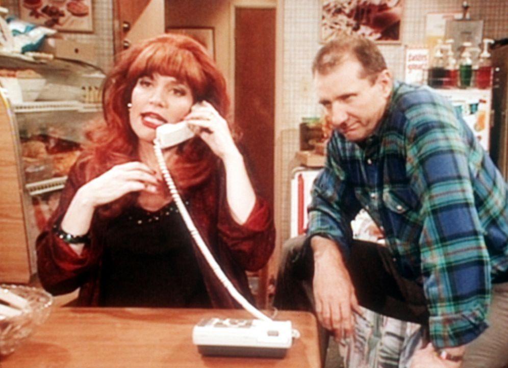 Um das Weihnachtsgeld aufzufrischen, lässt Al (Ed O'Neill, r.) seine Frau Peggy (Katey Sagal, l.) als Telefonsexdame arbeiten. - Bildquelle: Sony Pictures Television International. All Rights Reserved.