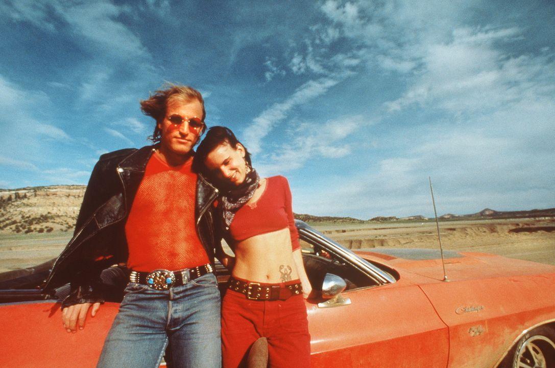 Eigentlich will TV-Journalist Gayle lediglich ein Live-Interview mit dem Mörderpaar Mickey (Woody Harrelson, l.) und Mallory Knox (Juliette Lewis, r... - Bildquelle: Warner Bros.
