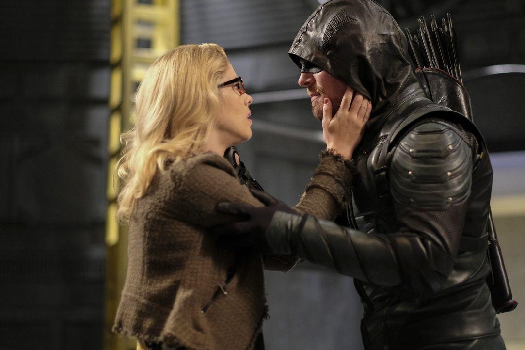 Felicity (Emily Bett Rickards, l.); Oliver alias Green Arrow (Stephen Amell, r.) - Bildquelle: 2017 Warner Bros.