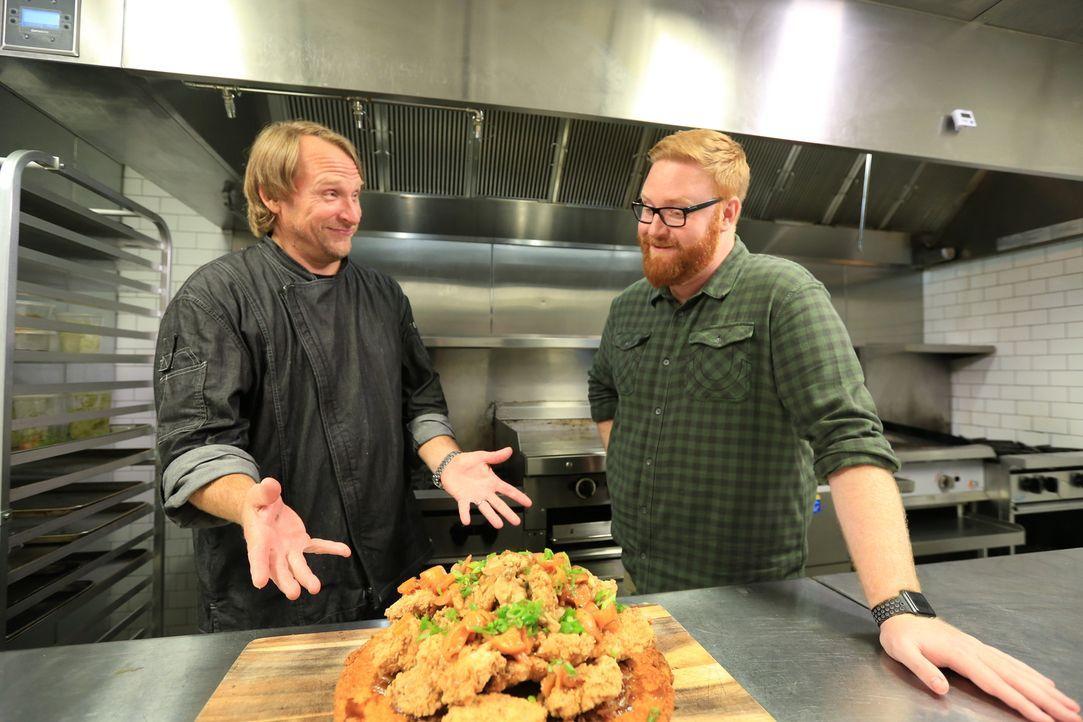 """Koch Adrian Yots (l.) hat serviert und Josh Denny (r.) ist bereit zu probieren: Heute ist der """"Alabama Slamma"""" dran ... - Bildquelle: 2017,Television Food Network, G.P. All Rights Reserved"""