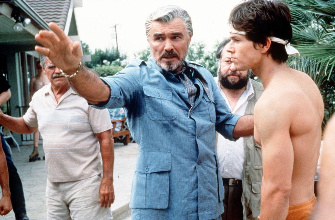 Regisseur Jack Horner (Burt Reynolds, M.) gibt seinem Star-Darsteller Eddie (Mark Wahlberg, r.) Anweisungen für die nächste Szene ... - Bildquelle: New Line Cinema