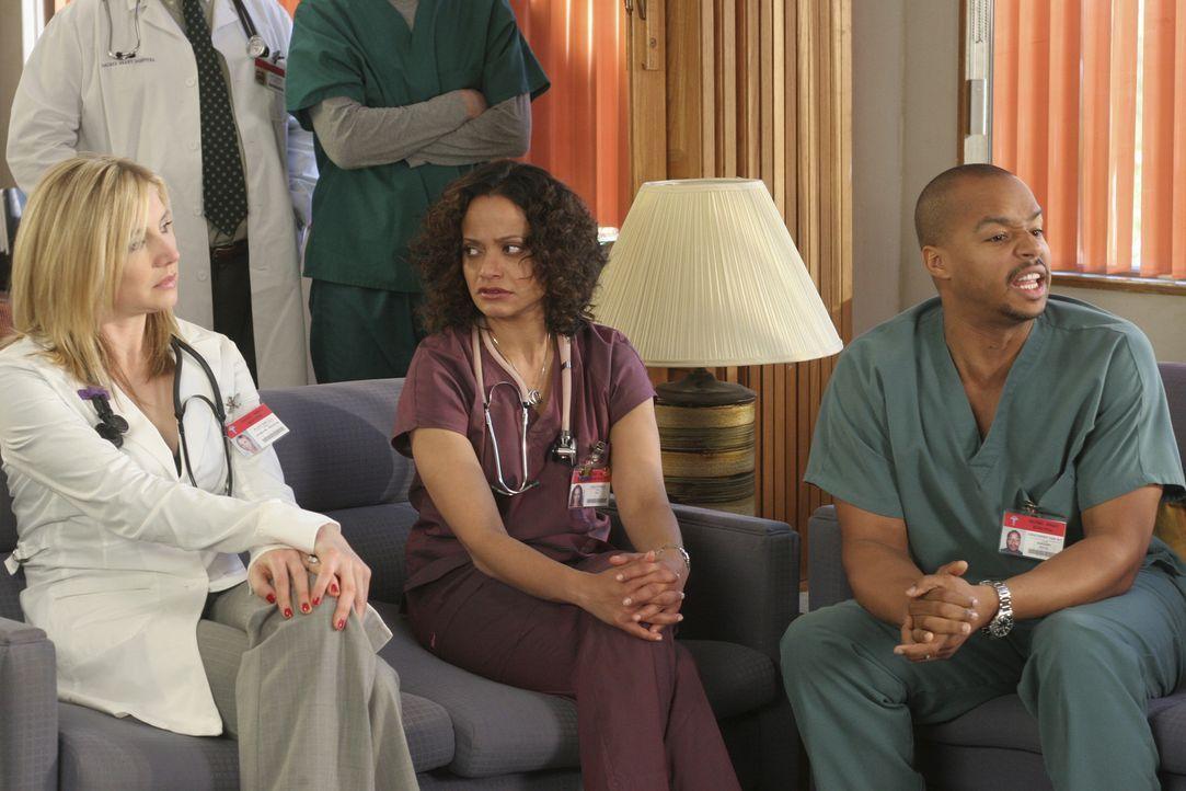 Carla (Judy Reyes, M.), Turk (Donald Faison, r.) und Elliott (Sarah Chalke, l.) warten auf das Ergebnis von Carlas Fruchtbarkeitstest ... - Bildquelle: Touchstone Television