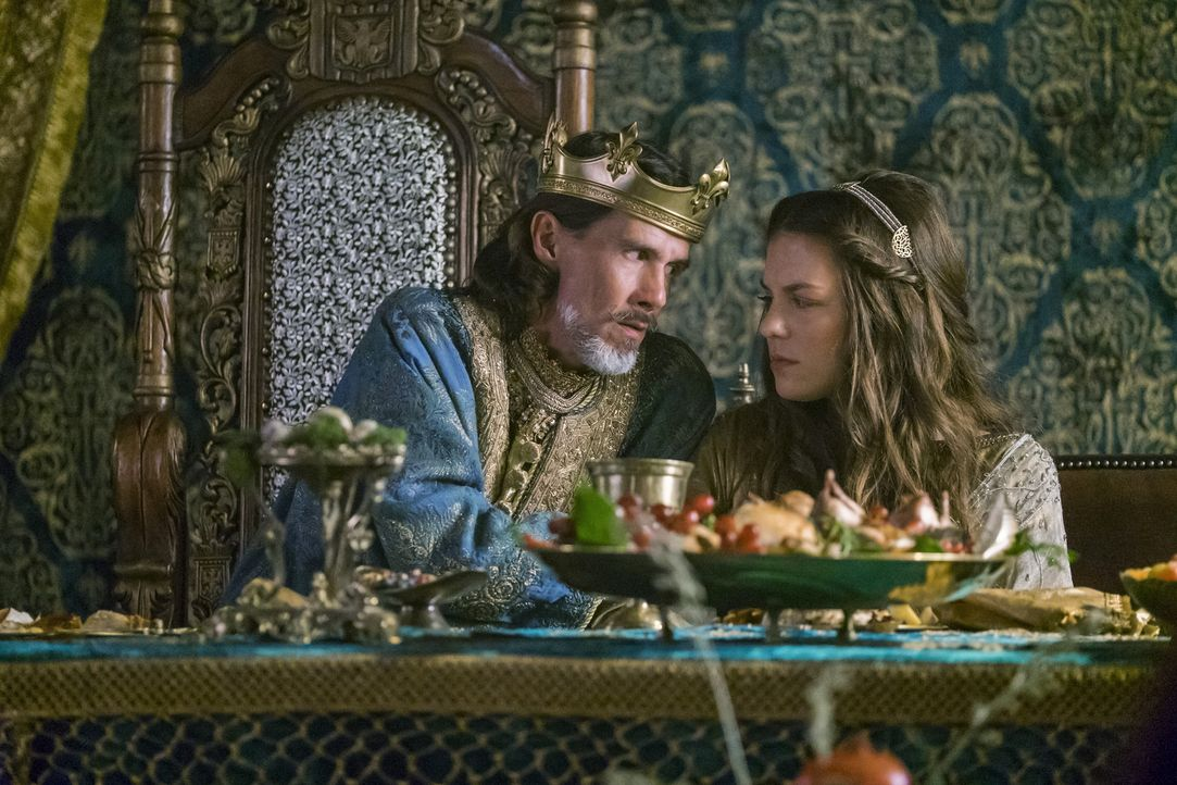 Prinzessin Gisla (Morgane Polanski, r.) bittet ihren Vater König Ecbert (Linus Roache, l.), die Scheidung von Rollo zu veranlassen, während dieser i... - Bildquelle: 2016 TM PRODUCTIONS LIMITED / T5 VIKINGS III PRODUCTIONS INC. ALL RIGHTS RESERVED.