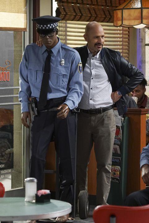 Nachdem auch bei ihm eingebrochen wurde und die Polizei nichts zu unternehmen scheint, nimmt Fawz (Maz Jobrani) die Dinge selber in die Hand ... - Bildquelle: Monty Brinton 2016 CBS Broadcasting, Inc. All Rights Reserved. / Monty Brinton