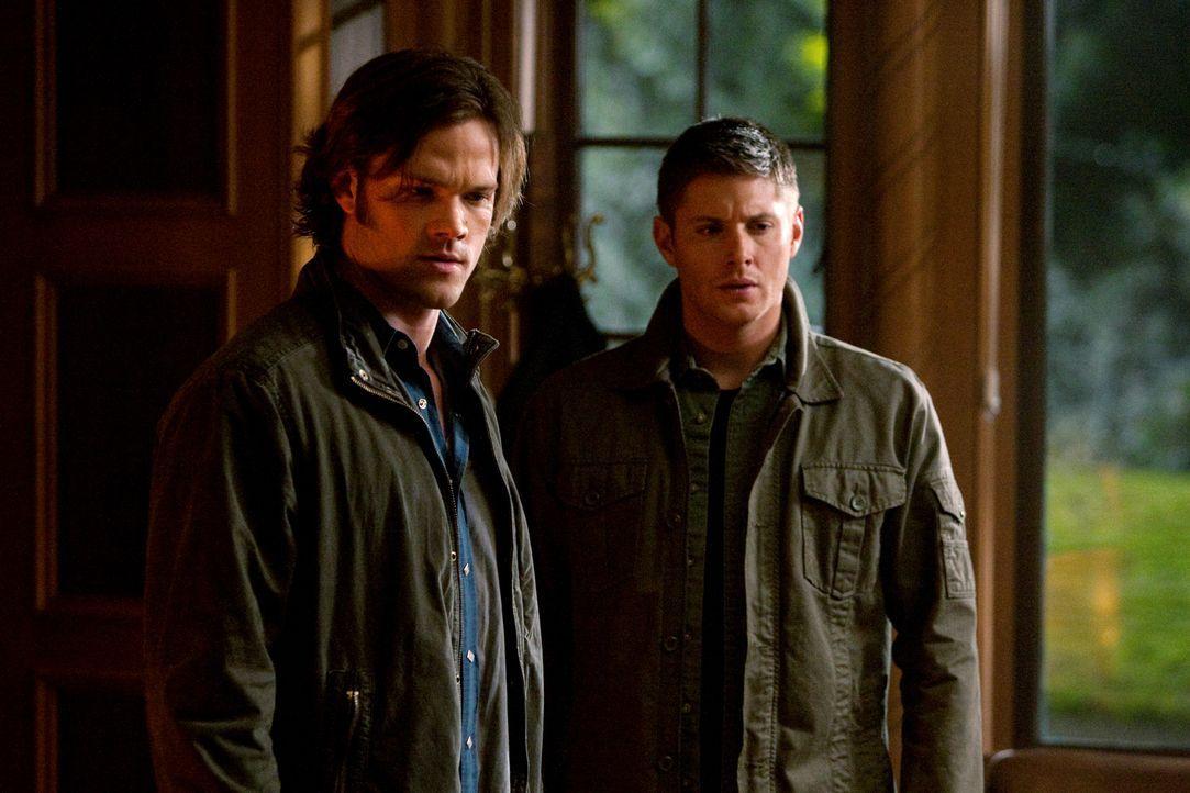 Im Kampf gegen das Böse: Dean (Jensen Ackles, r.) und Sam (Jared Padalecki, l.) ... - Bildquelle: Warner Bros.
