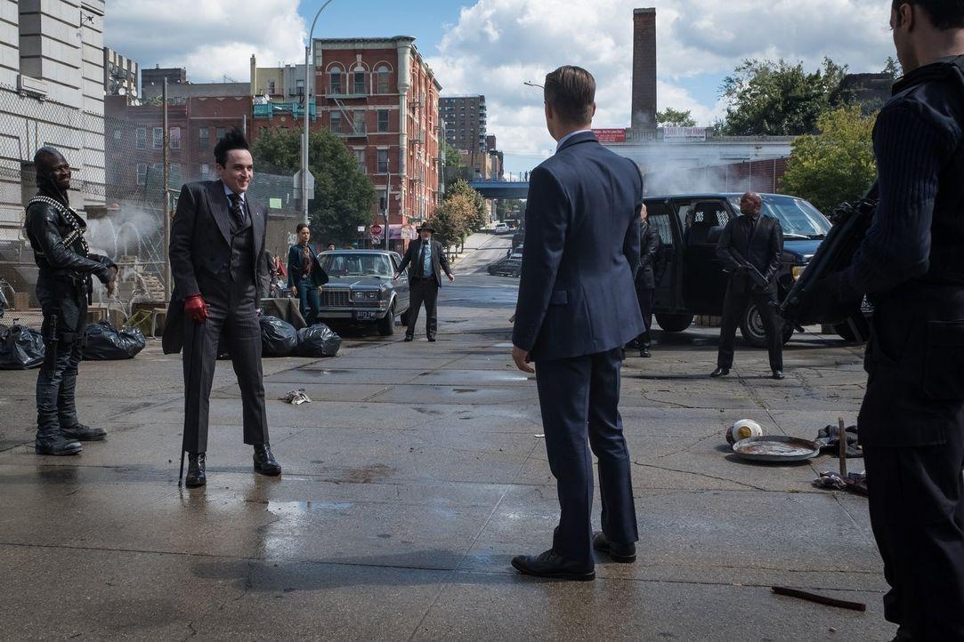 Pinguin (Robin Lord Taylor, 2.v.l.) und sein Kopfgeldjäger (Kyle Vincent Terry, l.) bieten dem GCPD ihre Hilfe bei der Jagd nach dem Mörder an. Doch... - Bildquelle: 2017 Warner Bros.