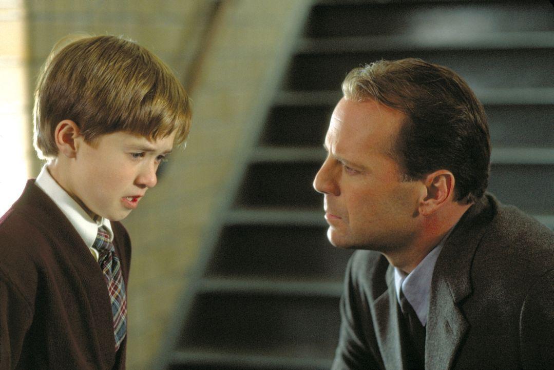 Behutsam nähert sich der Kinderpsychologe Dr. Malcolm Crowe (Bruce Willis, r.) dem kleinen Cole (Haley Joey Osment, l.). Er ist überzeugt, dass das... - Bildquelle: Buena Vista Pictures