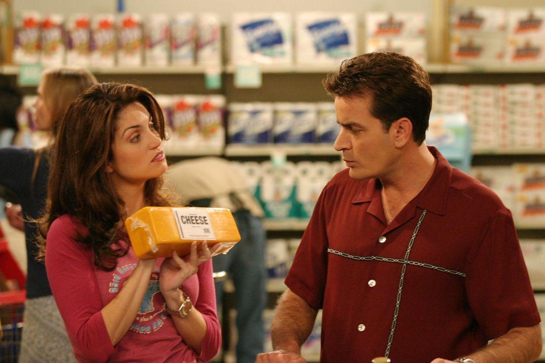 Charlie (Charlie Sheen, r.) lässt sich im Supermarkt gerne beraten ... - Bildquelle: Warner Brothers Entertainment Inc.