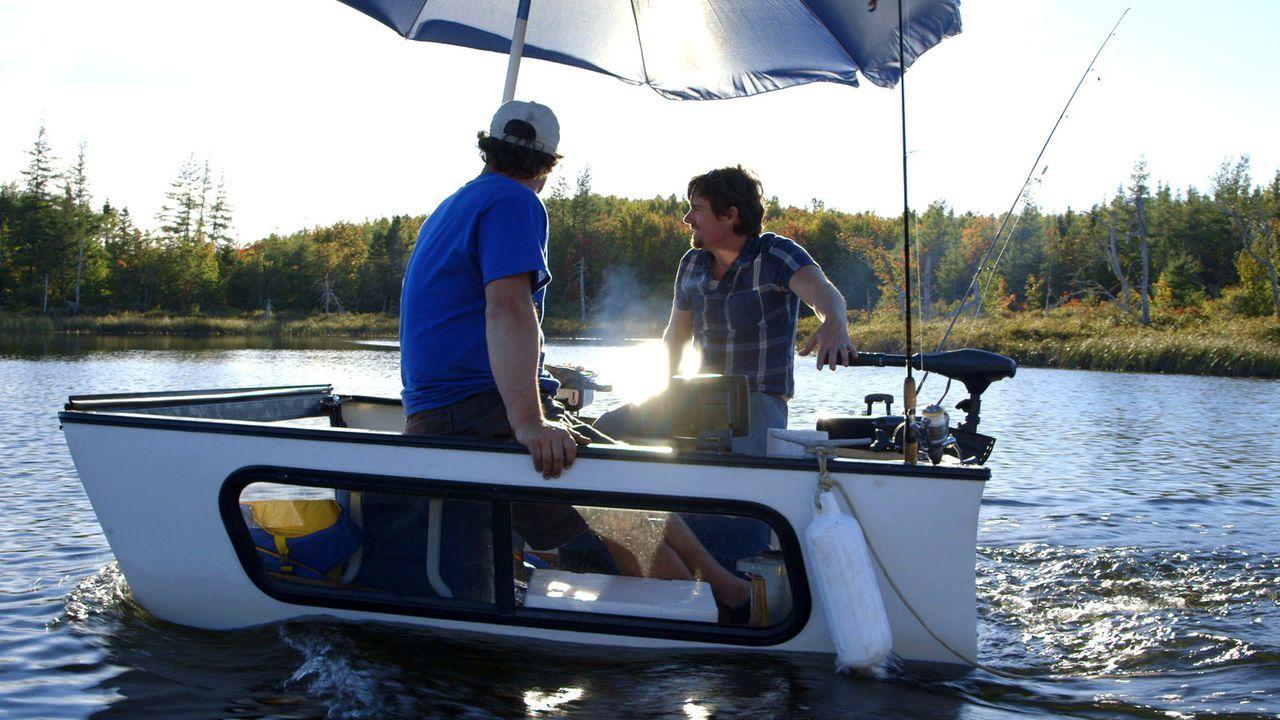 Wollen ein ganz besonderes Angel-Boot bauen. Doch bei der Jungfernfahrt droht, aus dem Angel- ein Badeausflug zu werden: Kevin (r.) und Andrew (l.)... - Bildquelle: Brojects Ontario Ltd./Brojects NS Ltd