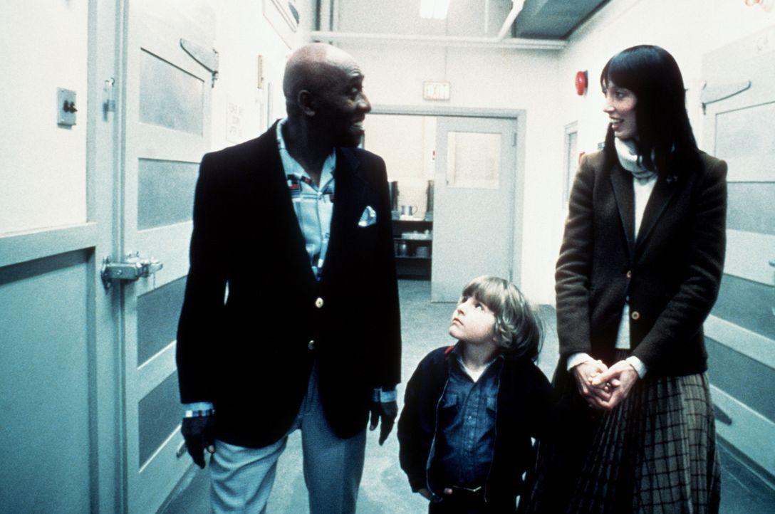 Dick Halloran (Scatman Crothers, l.) führt Wendy (Shelley Duvall, r.) und Danny (Danny Lloyd, M.) durch das Hotel, das für die nächsten Monate ihr n... - Bildquelle: Warner Bros.