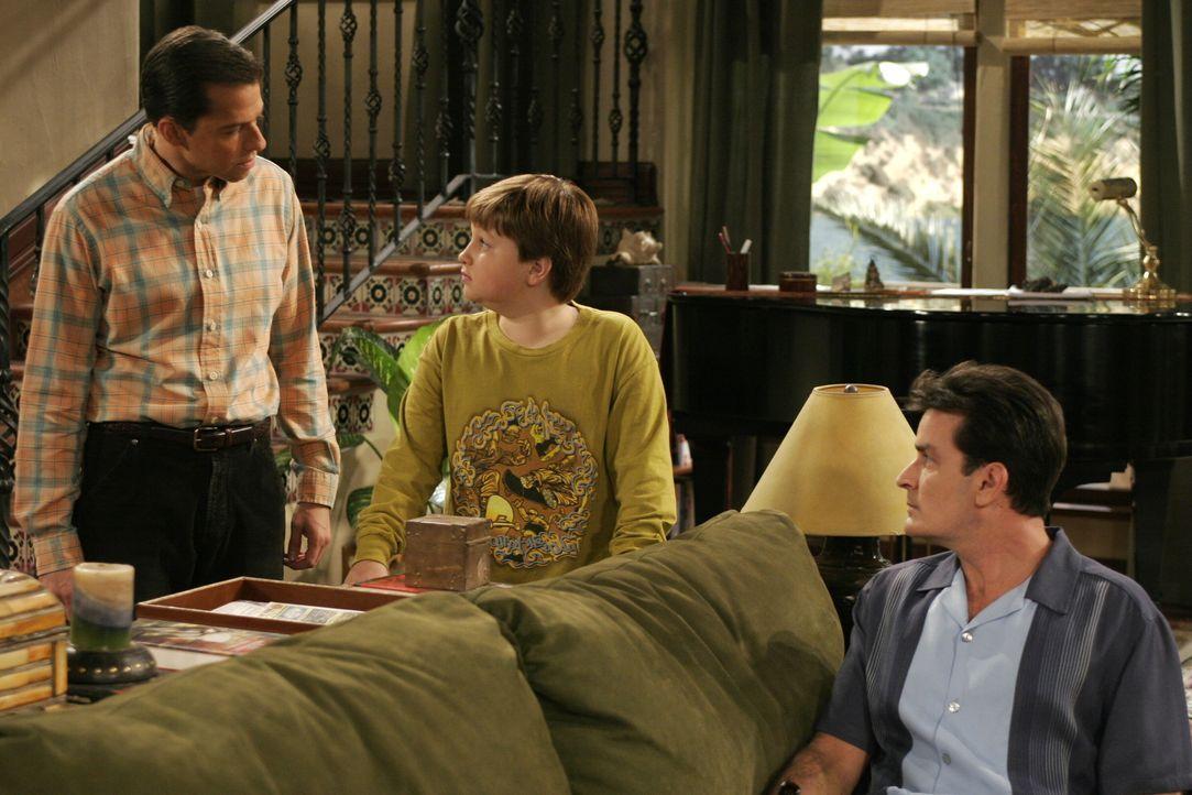 Charlie (Charlie Sheen, r.) hört gespannt zu, als Alan (Jon Cryer, l.) seinen Sohn Jake (Angus T. Jones, M.) wegen seiner Suspendierung vom Unterric... - Bildquelle: Warner Brothers Entertainment Inc.