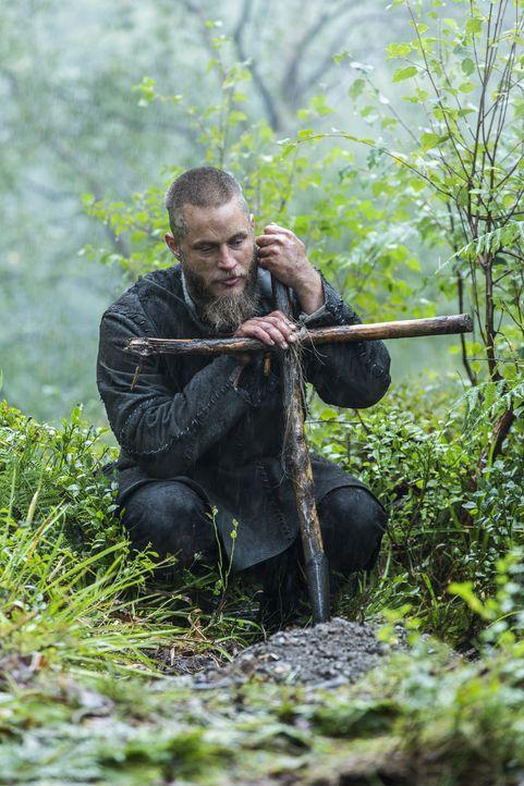 Die letzte Ruhestätte für einen guten Freund: Ragnar (Travis Fimmel) ... - Bildquelle: 2015 TM PRODUCTIONS LIMITED / T5 VIKINGS III PRODUCTIONS INC. ALL RIGHTS RESERVED.