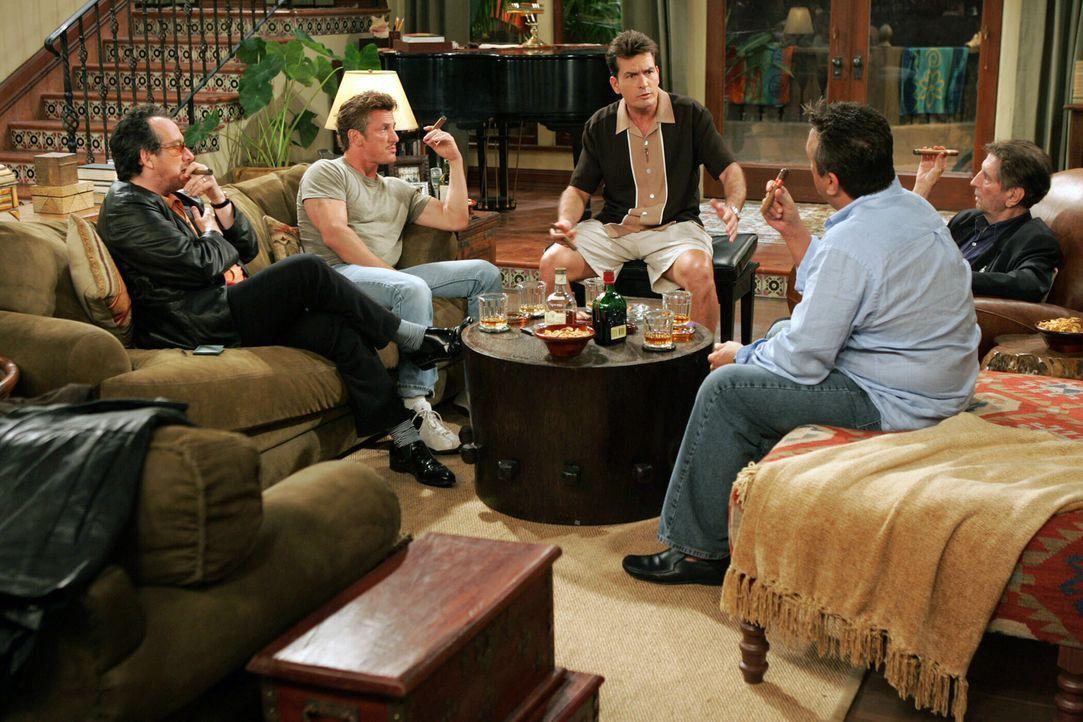 Eine Runde unter wahren Männern: Charlie (Charlie Sheen, M.) Elvis Costello (Elvis Costello, l.), Sean Penn (Sean Penn, 2.v.l.), Bobby Cooper (Bobby... - Bildquelle: Warner Bros. Television