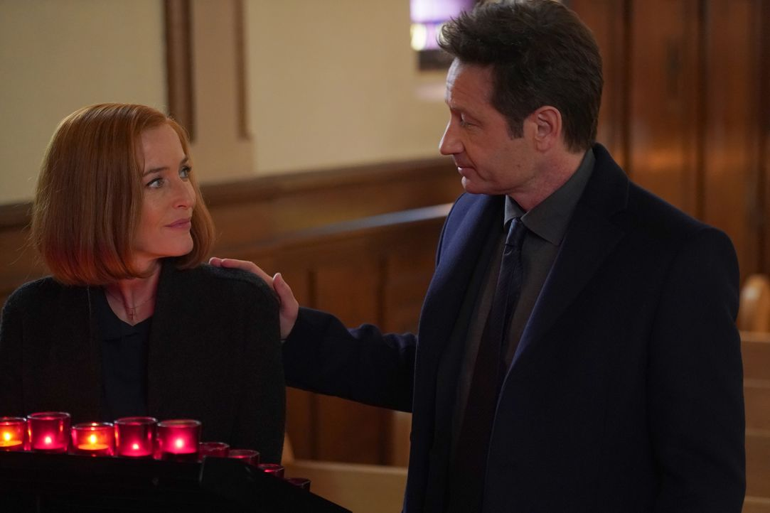 Mulder (David Duchovny, l.) will Scully (Gillian Anderson, r.) immer zur Seite stehen, während diese Rat und Frieden in ihrem Glauben an Gott sucht... - Bildquelle: Shane Harvey 2018 Fox and its related entities. All rights reserved. / Shane Harvey