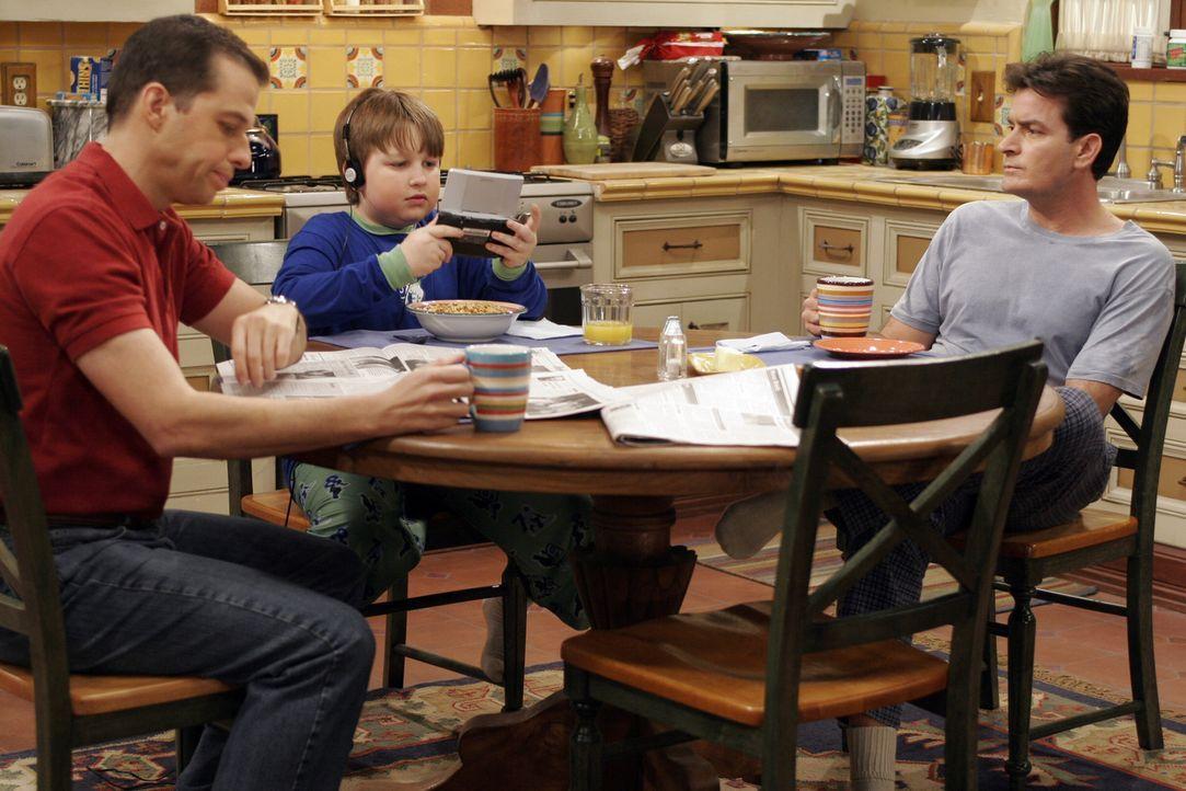 Noch ahnen Alan (Jon Cryer, l.) Jake (Angus T. Jones, M.) und Charlie (Charlie Sheen, r.) nicht, was auf sie zukommt ... - Bildquelle: Warner Bros. Television