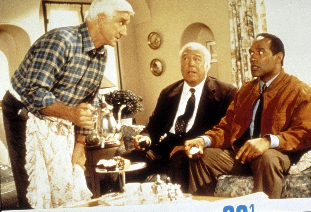 Franks (Leslie Nielsen, l.) Ex-Kollegen Nordberg (O. J. Simpson, r.) und Captain Hocken (George Kennedy, M.) berichten ihm von einem üblen Terror-Co... - Bildquelle: Paramount Pictures
