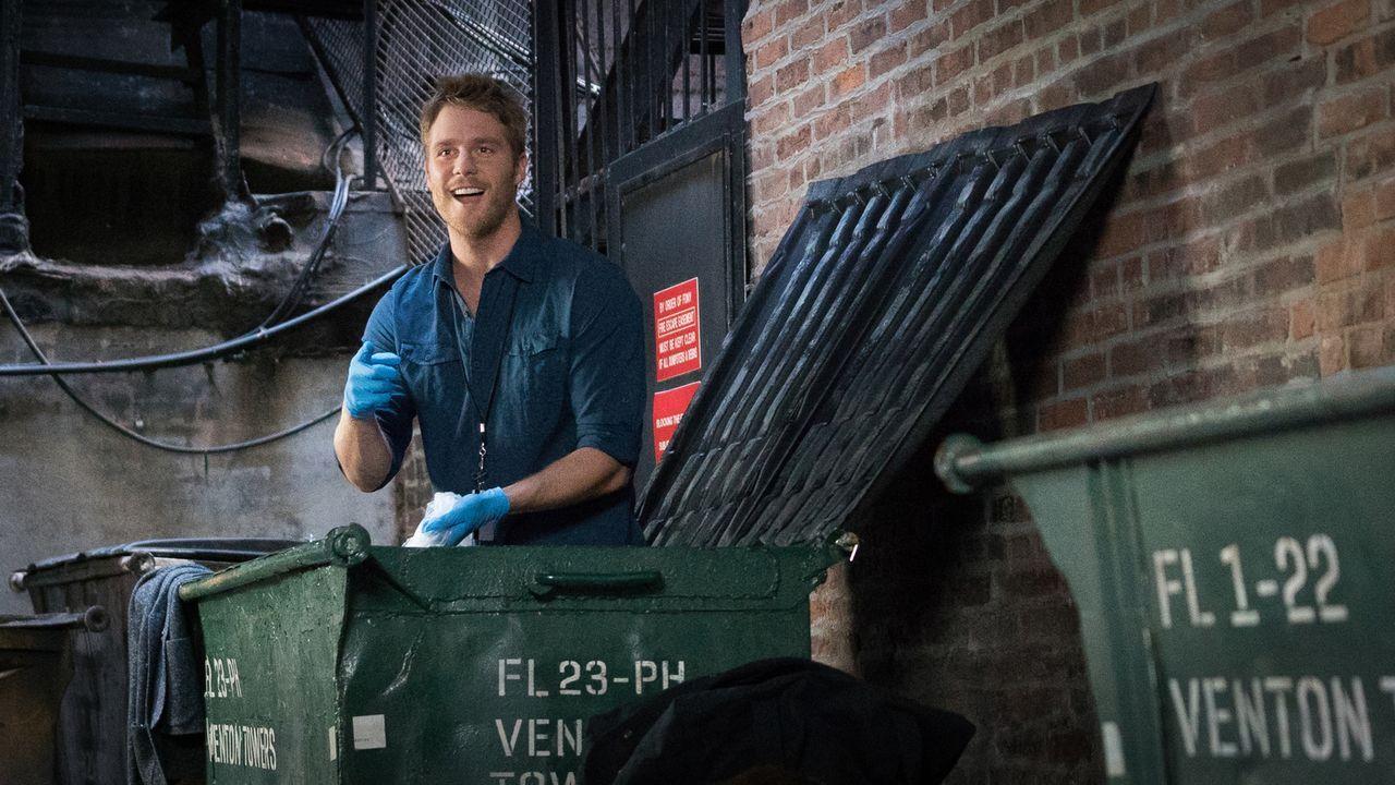 Wird Brian (Jake McDorman) im Müll Hinweise für seinen aktuellen Fall finden? - Bildquelle: Michael Parmelee 2015 CBS Broadcasting, Inc. All Rights Reserved