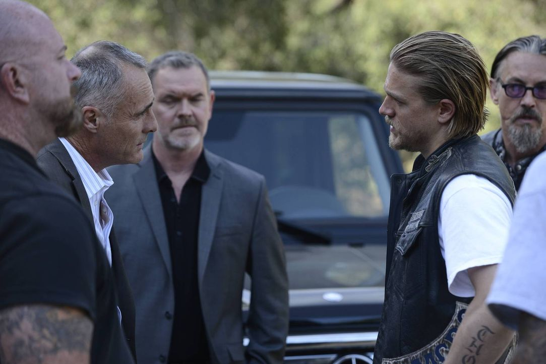 Jax (Charlie Hunnam, 2.v.r.) legt sich mit Gaalan (Timothy V. Murphy, 2.v.l.)  an, als er und Chibs (Tommy Flanagan, r.) ihm klarmachen, dass der Wa... - Bildquelle: 2013 Twentieth Century Fox Film Corporation and Bluebush Productions, LLC. All rights reserved.