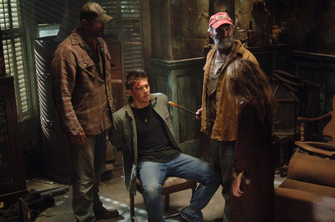 Was haben Pa (John Dennis Johnston, 2.v.r.), Jared (Ken Kirzinger, l.) und Missy Bender (Alexia Fast, r.) mit Dean (Jensen Ackles, 2.v.l.) vor? - Bildquelle: Warner Bros. Television