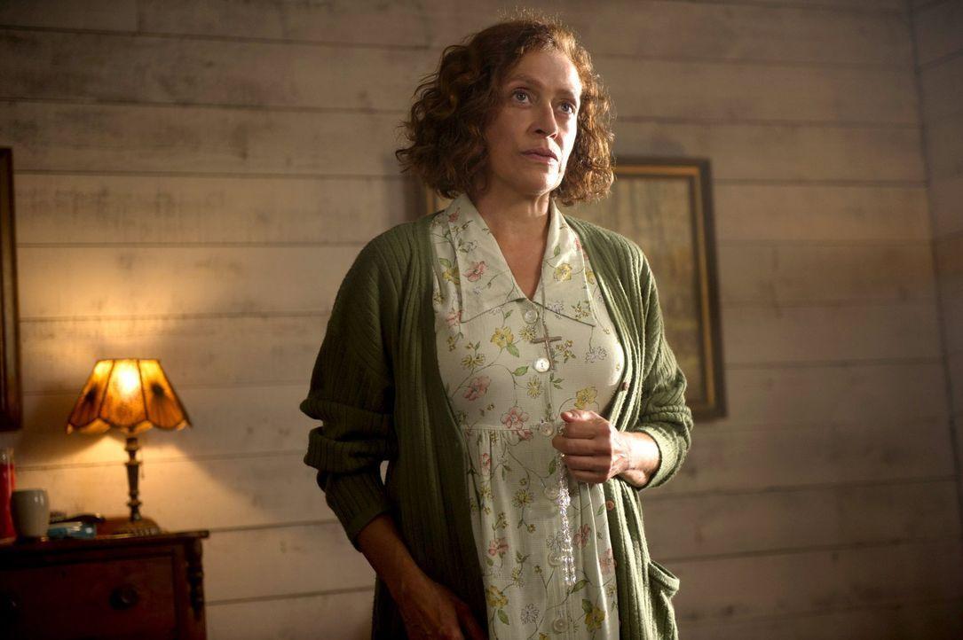 Weiß Ruth (Karin Konoval) mehr als alle vermuten, oder ist sie ebenfalls nur ein Opfer des angeblichen Geistes? - Bildquelle: 2013 Warner Brothers
