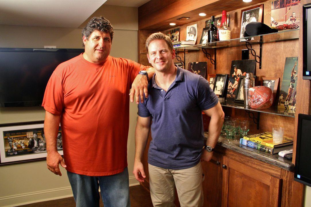 """Das Team rund um Tony Siragusa(l.) und Jason Cameron (r.) arbeitet fleißig daran, für Sportreporter Bob seinen ganz persönlichen """"Work From Home Cav... - Bildquelle: Nathan Frye 2011, DIY Network/Scripps Networks, LLC.  All Rights Reserved."""