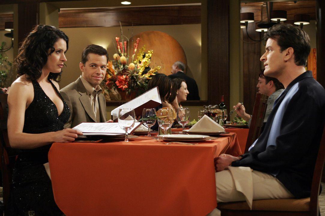 Wieder einmal kämpfen Alan (Jon Cryer, M.) und Charlie (Charlie Sheen, r.) um eine Frau (Paget Brewster, l.) ... - Bildquelle: Warner Bros. Television