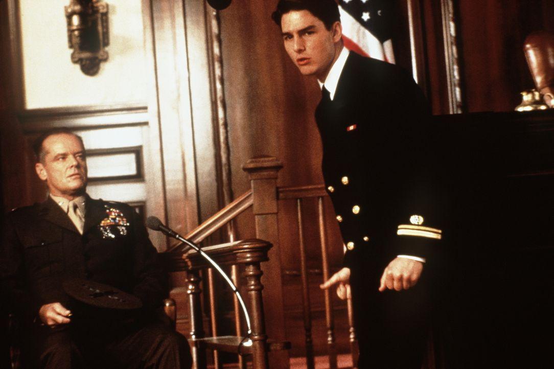 Als Lt. Kaffee (Tom Cruise, r.) entdeckt, dass die Verantwortlichen ganz oben in der Militärhierarchie zu suchen sind, setzt er sogar seine Karriere... - Bildquelle: Columbia Pictures
