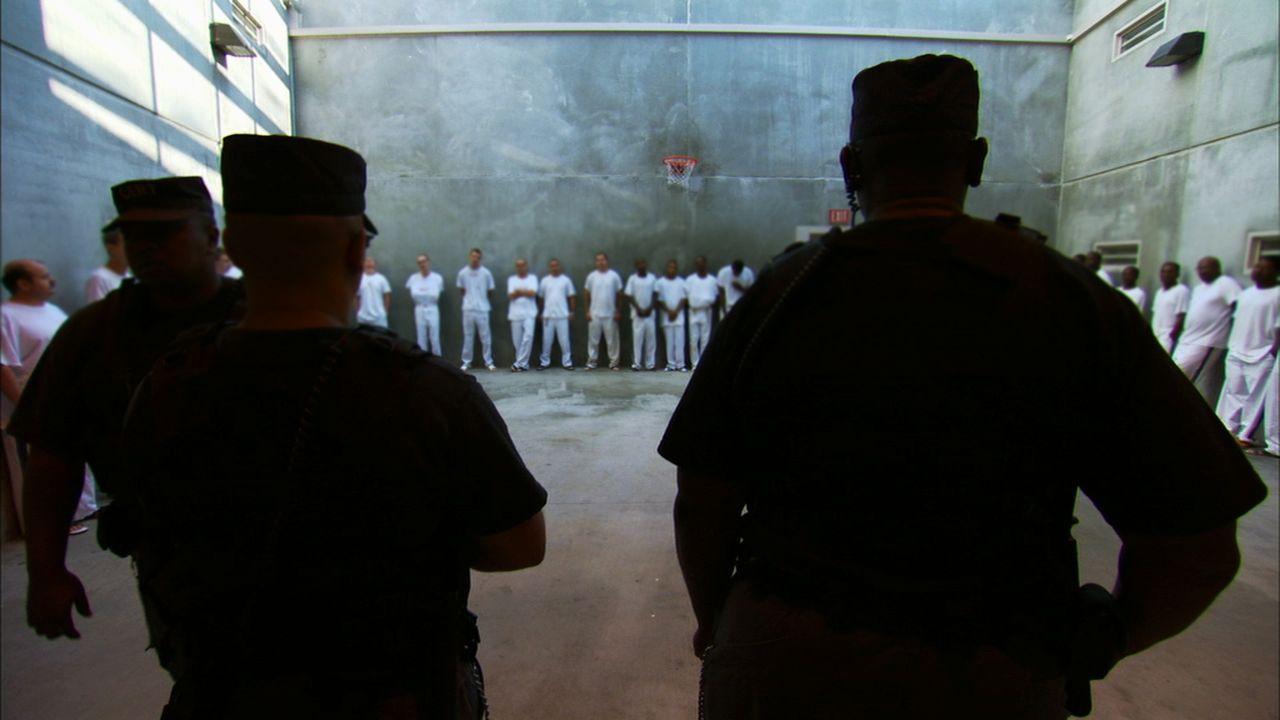 Immer wieder müssen die Gefängniswärter alle Insassen kontrollieren, denn diese verstecken gerne alle möglichen Arten von selbstgebastelten Waffen .... - Bildquelle: part2pictures