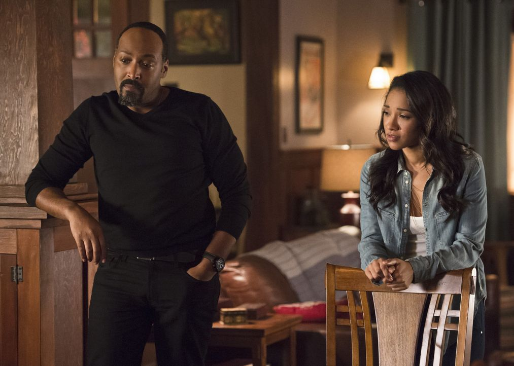 Nachdem King Shark ihr Haus angegriffen hat, weckt das Verhalten von Joe (Jesse L. Martin, l.) und Iris (Candice Patton, r.) bei Wally Zweifel ... - Bildquelle: Warner Bros. Entertainment, Inc.