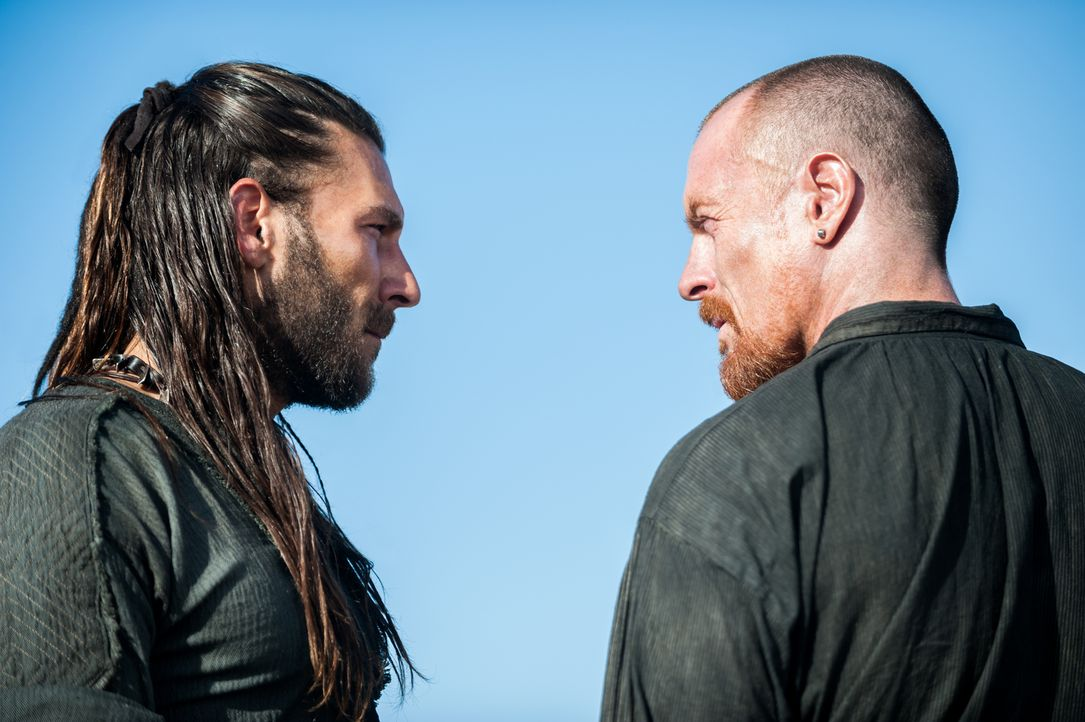 In Nassau wollen sie eine Mannschaft rekrutieren, die mit ihnen gegen die Briten Widerstand leistet: Captain Vane (Zach McGowan, l.) und Captain Fli... - Bildquelle: David Bloomer 2016 Starz Entertainment, LLC. All Rights Reserved