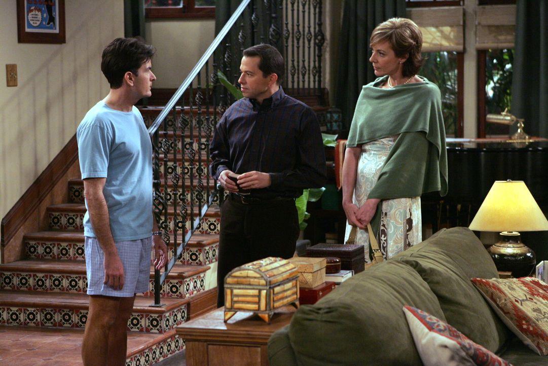 Charlie (Charlie Sheen, l.) ist überrascht, als er Alan (Jon Cryer, M.) mit seiner neuen Internetbekanntschaft Beverly (Allison Janney, r.) antrifft... - Bildquelle: Warner Brothers Entertainment Inc.