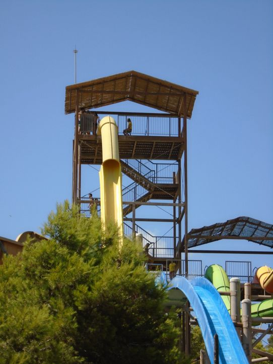 """Ganze 133 Stufen führen zur Plattform von """"The Beast"""" im Western Water Park in Magaluf, Spanien. - Bildquelle: 2016, The Travel Channel, L.L.C. All Rights Reserved."""