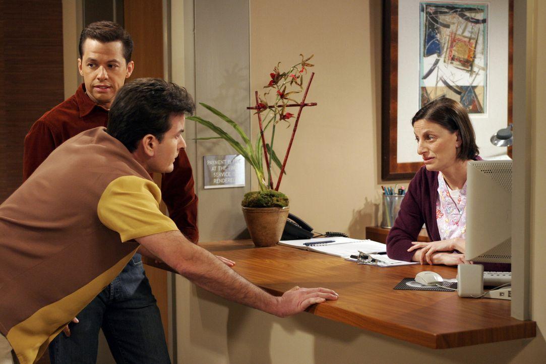 Nachdem sich Charlie (Charlie Sheen, M.) schreckliche Rückenschmerzen zugezogen hat, versucht er gemeinsam mit Alan (Jon Cryer, l.) die Krankenschwe... - Bildquelle: Warner Brothers Entertainment Inc.