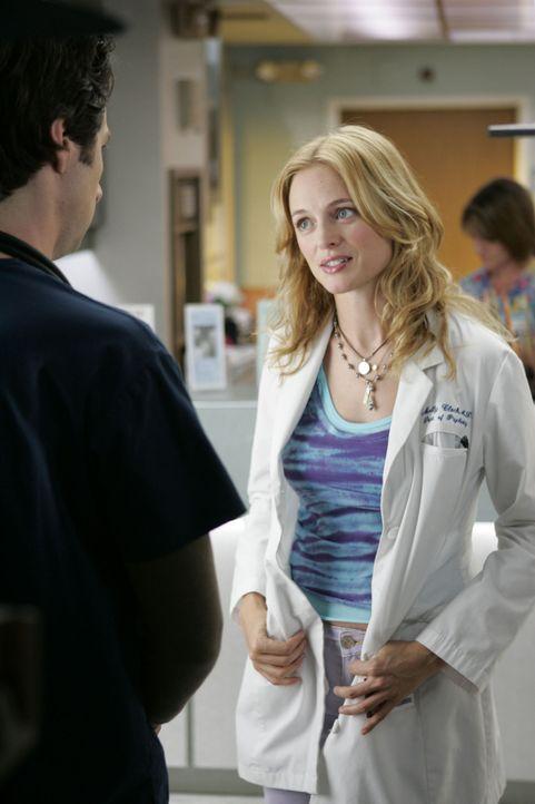 Die attraktive Ärztin Dr. Molly Clock (Heather Graham, l.) bringt neuen Schwung in die Klinik ... - Bildquelle: Touchstone Television