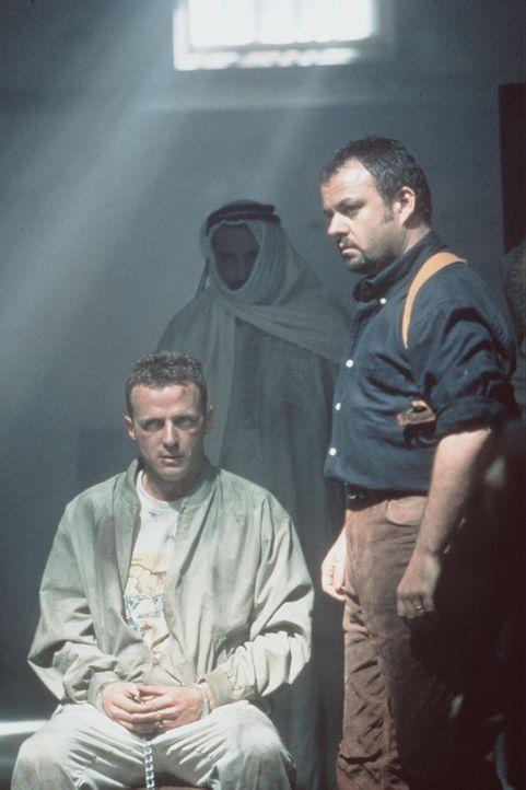 Zwischen allen Fronten: US-Offizier Ramirez (Aidan Quinn, l.) ... - Bildquelle: Sony Pictures Entertainment
