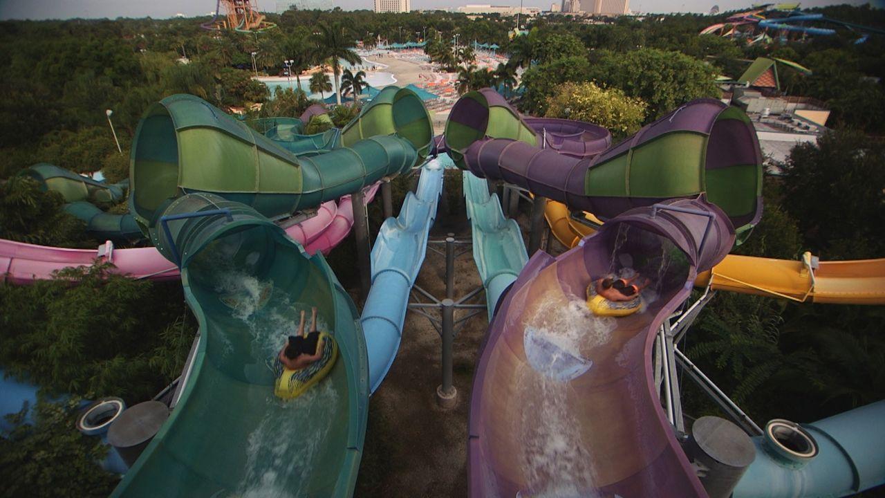 Auf der Wasserrutsche Omaka Rocka im SeaWorld's Waterpark Aquatica in Orlando rutscht man auf Reifen durch drei überdimensionale, auf der Seite lieg... - Bildquelle: 2016,The Travel Channel, L.L.C. All Rights Reserved.