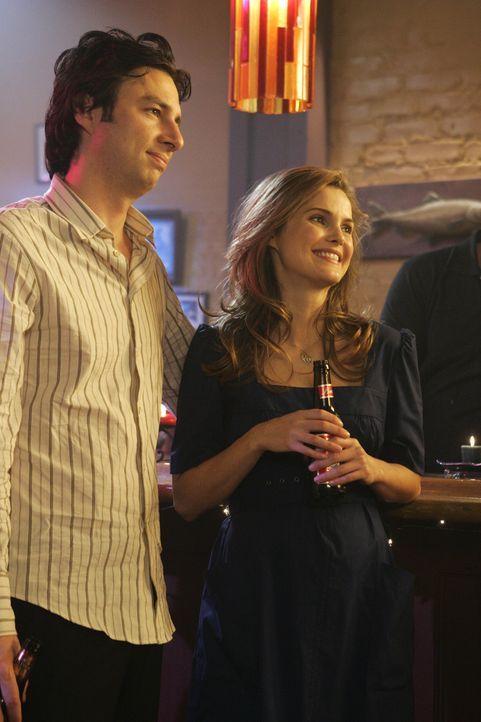 J.D. (Zach Braff, l.) versucht nach wie vor verzweifelt, bei Melody (Keri Russell, r.) zu landen, doch sie weist ihn hartnäckig ab ... - Bildquelle: Touchstone Television